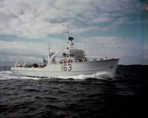 HMCS MIRAMICHI Bay class e010777558-v8