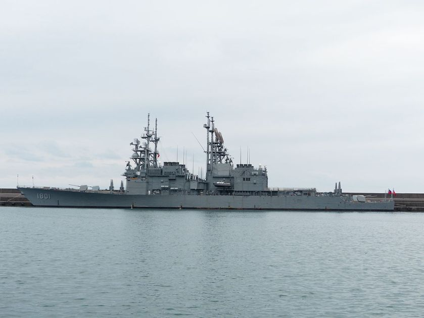 Kee_Lung_(DDG-1801)_and_Ma_Kong_(DDG-1805)_shipped_in_Zhongzheng_Naval_Base_Side_View_20130504