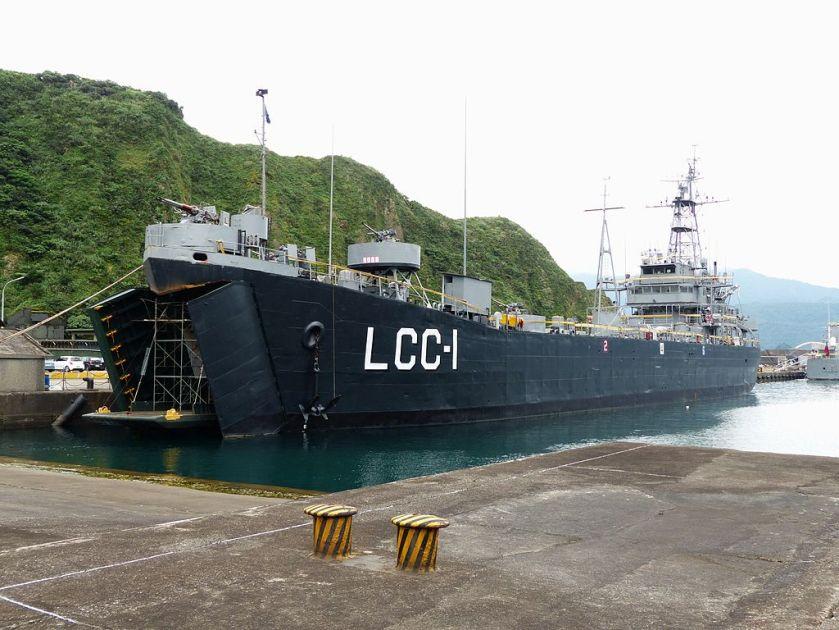 ROCN_Kao_Hsiung_(LCC-1)_Shipped_in_No.1_Pier_of_Zhongzheng_Naval_Base_Right_Front_View_2013050