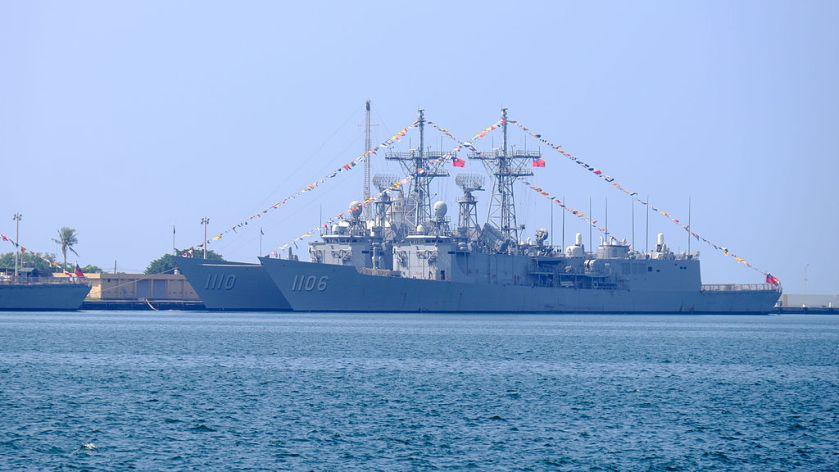 ROCN_Yueh_Fei_(PFG2-1106)_and_ROCN_Tian_Dan_(PFG2-1110)_Shipped_at_Zuoying_Naval_Base_20151024a