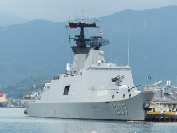 ROCS Wu_Chang_Shipped_in_No.9_Pier_of_Zhongzheng_Naval_Base_20130504b