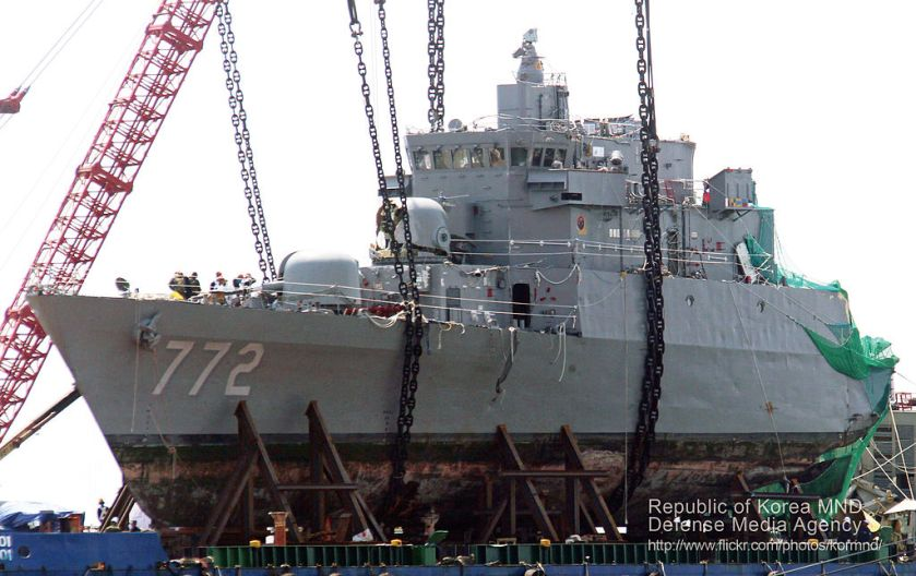 ROKS Cheonan wreck 2010.4.24_천안함_함수_인양작업_(7445518142)
