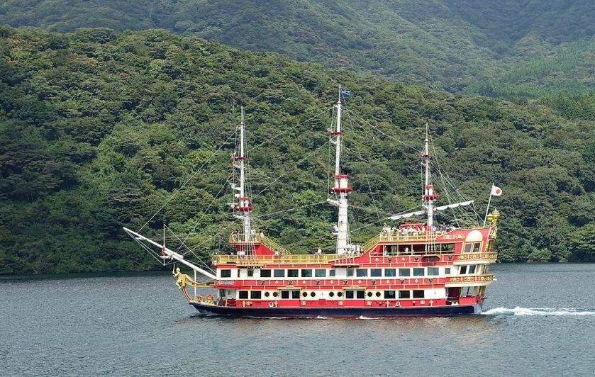 Hakone_Pirate_Ship_-_Hakone,_Japan_-_DSC05415