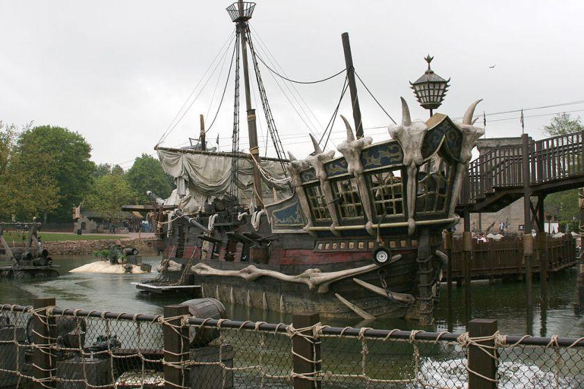 Alton_towers_mutiny_bay_pirate_ship