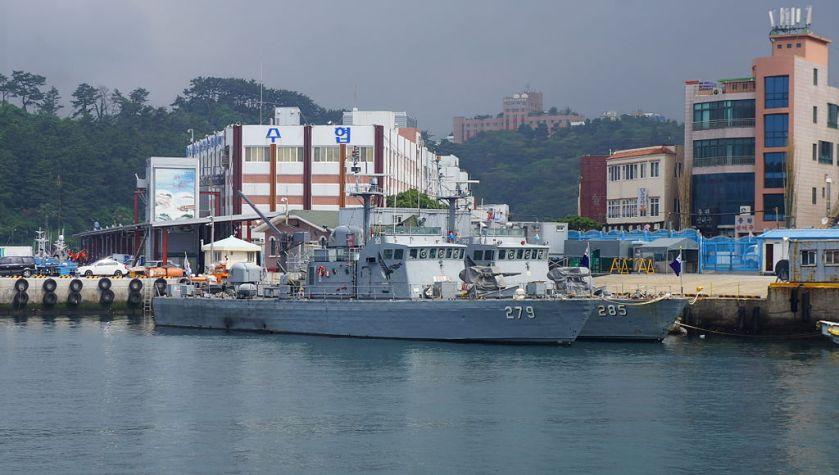 ROKS_PKM-279_and_PKM-285_in_Seogwipo_Harbor_20140606